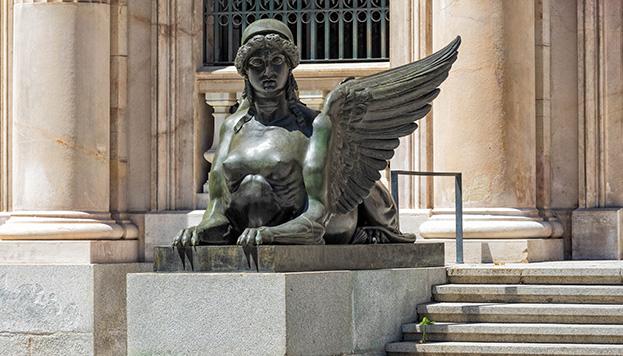 Cabeza y pecho de mujer, cuerpo y garras de de león y alas de águila: así son nuestras esfinges.