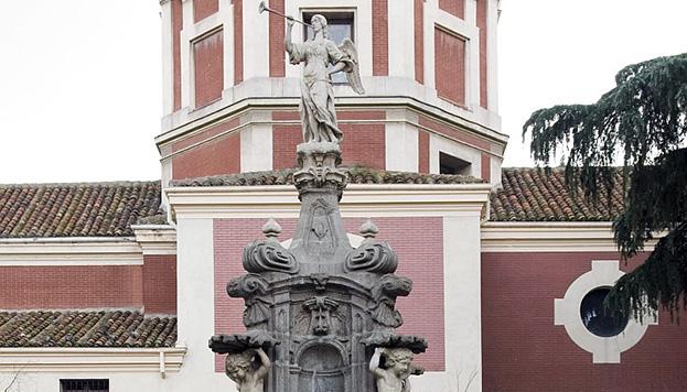 La fuente de la Fama, con su inseparable trompeta, está justo al lado del Museo de Historia.