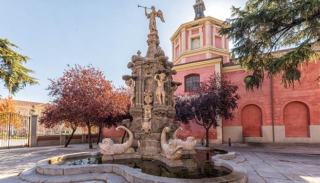 La fuente de la Fama, con su inseparable trompeta, está justo al lado del Museo de Historia (© Álvaro López del Cerro).