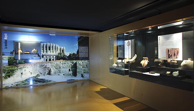 Interior del Museo de San Isidro en el que se puede ver una imagen de la muralla.