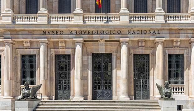 La entrada principal del Museo Arqueológico Nacional está vigilada por dos esfinges.