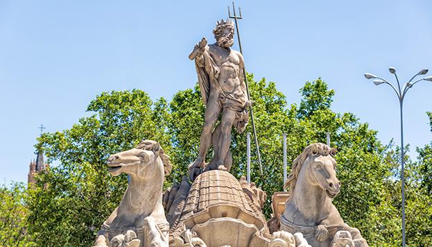 Sobre una concha tirada por hipocampos. Desde ahí nos mira el dios de los mares romano, Neptuno.
