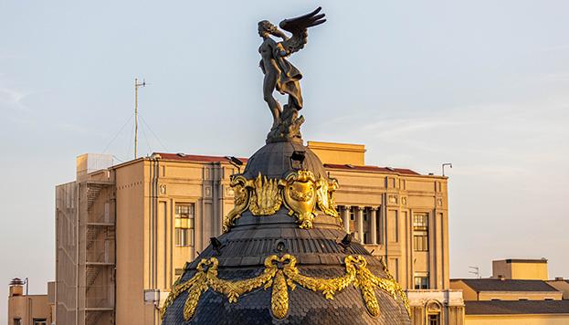 Coronando el Edificio Metrópilies, la Victoria Alada, o lo que es lo mismo, la diosa griega Niké.