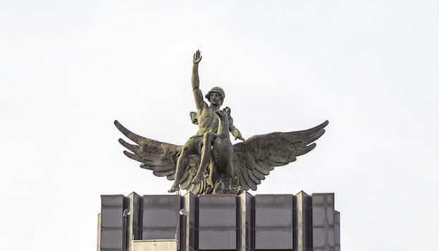 Ganímedes y el ave Fénix volaron desde el Edificio Metrópolis hasta el de la Mutua Madrileña, en el paseo de la Castellana.