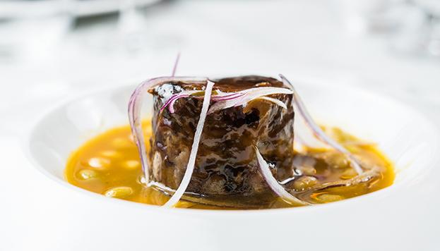 Este es el timbal de rabo de toro con pochas y cebolla roja que preparan en Alma of Spain.