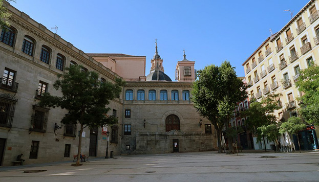 En la plaza de la Paja se alza el antiguo Palacio de los Vargas. Por detrás asoma la cúpula de la iglesia de San Andrés.