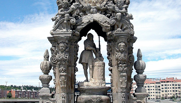 A este San Isidro junto al famoso pozo podemos verlo en una hornacina del puente de Toledo.
