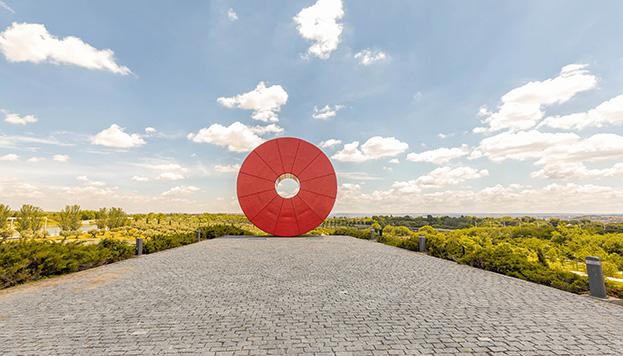 Así de redonda y roja es la escultura Espacio México, en el parque Juan Carlos I (©Álvaro López del Cerro)