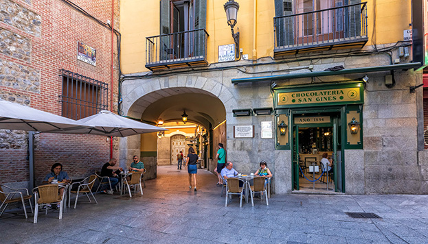 En un pasadizo muy cerca de la Puerta del Sol. Ahí está desde 1894 la chocolatería más famosa de Madrid (©Álvaro López del Cerro).