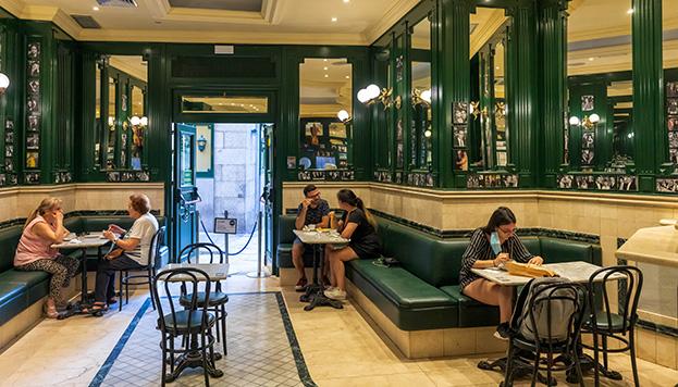 Su interior conserva todo el encanto de los cafés del siglo XIX (©Álvaro López del Cerro).