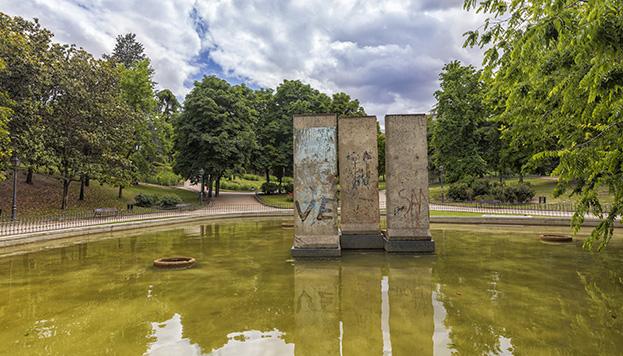 Tres paneles del Muro de Berlín presiden una gran fuente en el parque (©Álvaro López del Cerro).