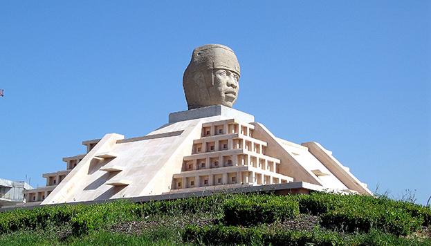¿Una cabeza olmeca? Sí, está en el Ensanche de Vallecas (©Patrimonio Cultural y Paisaje Urbano)