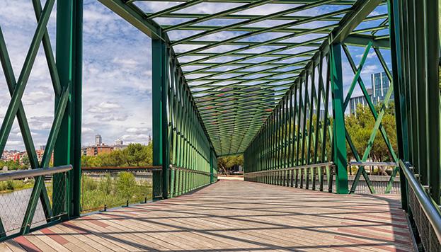 El Puente Principado de Andorra tiene forma de y griega y está en Madrid Río (©Álvaro López del Cerro).
