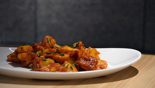Estas son las patatas bravas de La Tajada que ahora puedes preparar en casa.