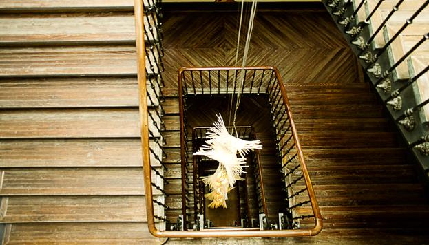 La escalera de madera de pino del hotel es la original de cuando era posada.