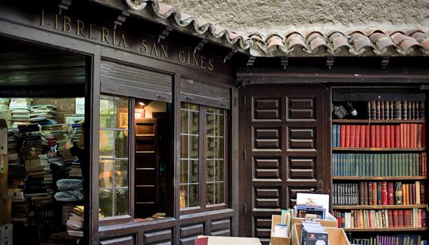 Pero qué encanto tienen los puestos de la librería de San Ginés.
