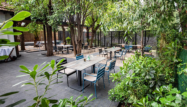 Verde, muy verde, es el entorno de este nuevo restaurante.