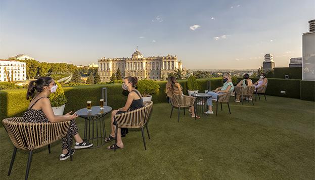 Terraza de los Jardines de Sabatini Apartosuites, con vistas al Palacio Rel (©Álvaro López del Cerro).