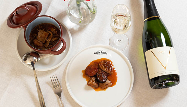 Los callos de toda la vida del restaurante Media Ración (Urso Hotel & Spa) se sirven con Agustí Torelló Mata Brut Reserva.