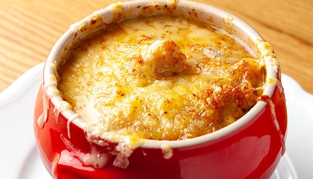 La sopa de cebolla de Le Bistroman lleva por encima queso emmental AOC.