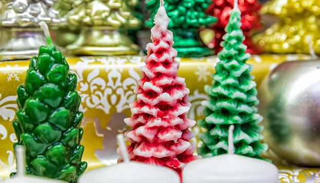 Velas con forma de abetos para la mesa navideña de Cerería Ortega (© Álvaro López del Cerro).