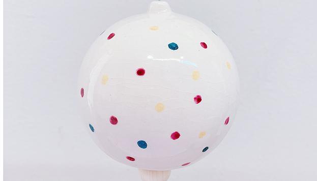 Una bola de cerámica de Déborah Abizand para celebrar la Navidad.