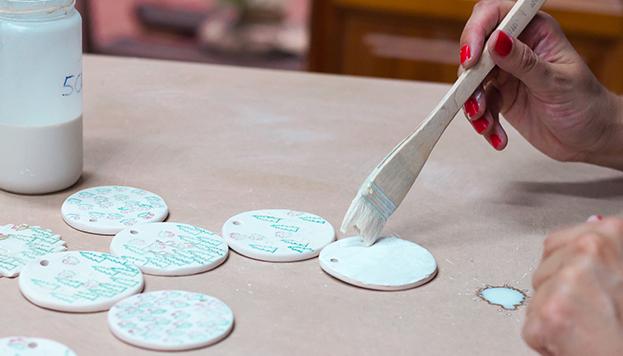 En los talleres que organiza Amasarte te enseñan a hacer tus propios adornos.