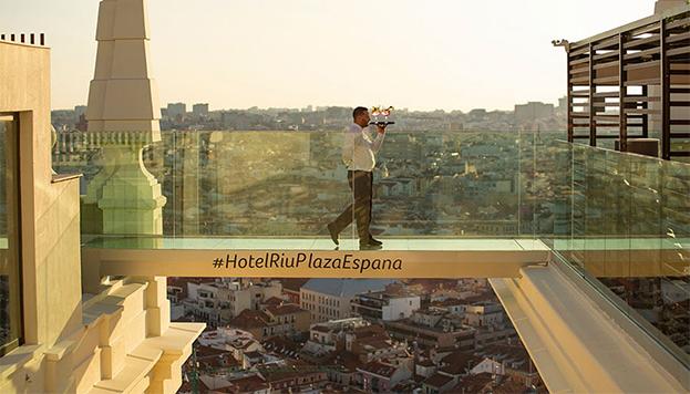 Los más valientes podrán cruzar la pasarela de cristal del Hotel RIU Plaza España.