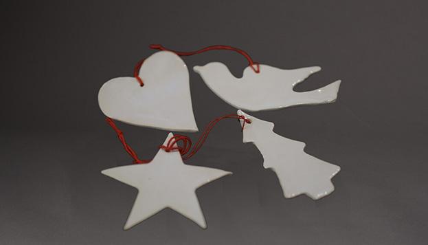 Estos adornos de loza son de Vajillas de Ultramar.