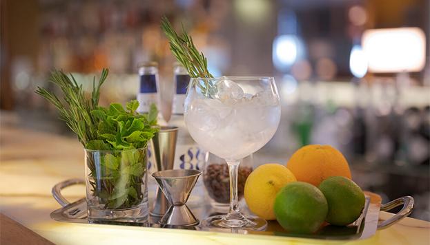 ¿Sabes cómo preparar un gin tónico? En el taller de coctelería del Hotel Urso descubriremos todos sus secretos.