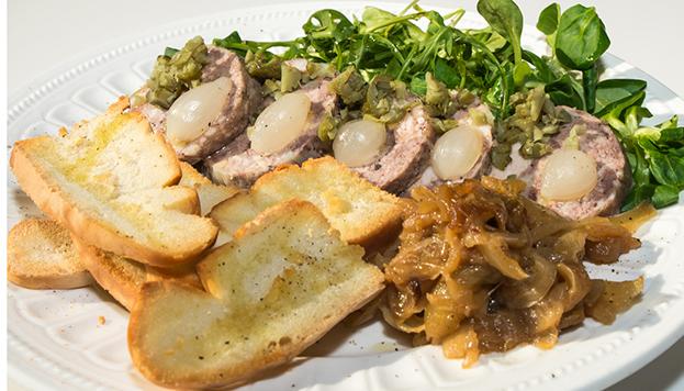 Paté de campaña de trres carnes (pato, cerdo y ternera) con encurtidos de la taberna dNorte.