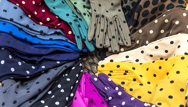 Así de coloridos son los guantes de Santacana (© Álvaro López del Cerro).