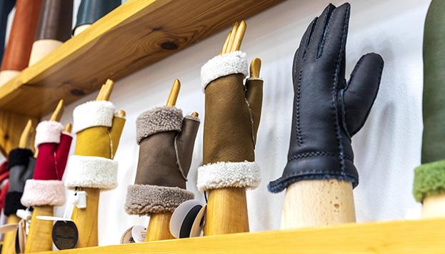 Guantes de piel, mitones, manoplas... En Santacana hay mucho modelos para elegir (© Álvaro López del Cerro).
