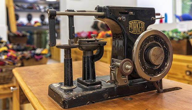La fabricación de los guantes de Santacana es artesanal (© Álvaro López del Cerro).
