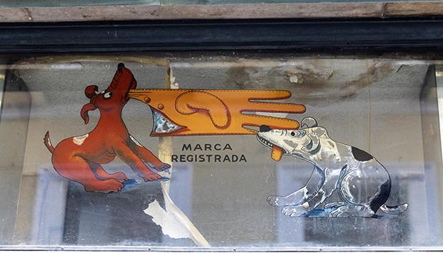 El logo de Guantes Luque es obra de Enrique Herreros (© Álvaro López del Cerro).