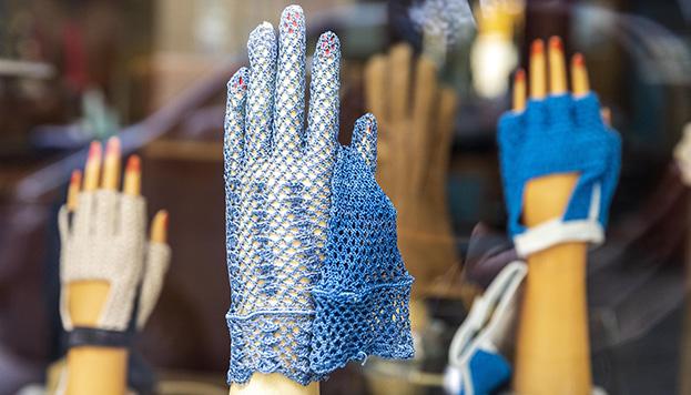 Así lucen los maniquíes de guantes de la centenaria Luque  (© Álvaro López del Cerro).