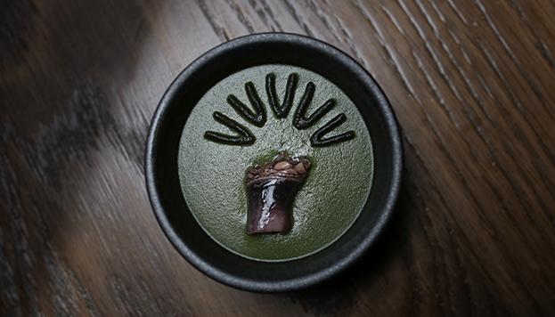 Este chawanmushi de percebe lleva la firma de Diego Guerrero, del restaurante DSTAgE.