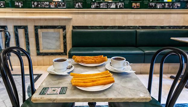 Sobre las mesas de mármol, el desayuno o merienda más demandado  (© Álvaro López del Cerro).