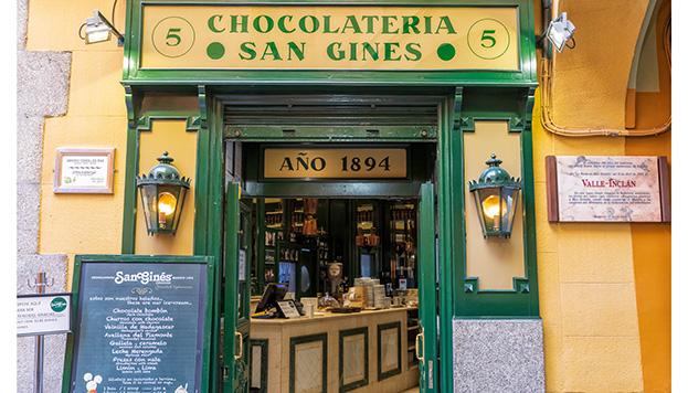 Esta es la famosa entrada de la Chocolatería San Ginés (© Álvaro López del Cerro).