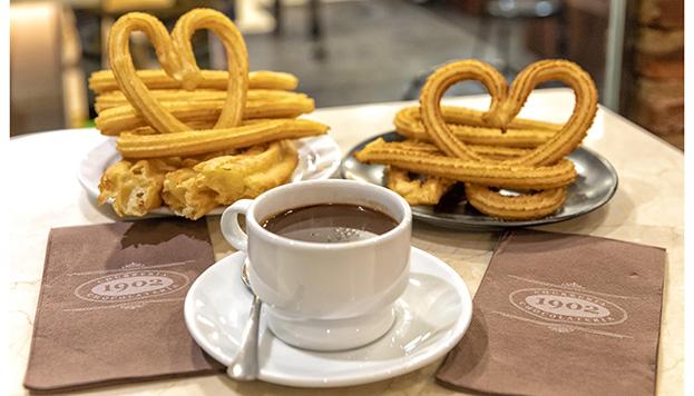 Con amor. Así preparan el chocolate con churros en 1902 (© Álvaro López del Cerro).