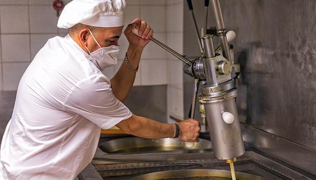 Los maestros churreros de San Ginés nos enseñan a hacer churros como los suyos (© Álvaro López del Cerro).