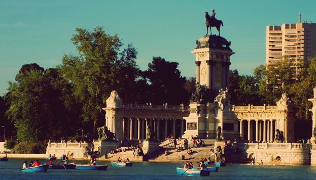 Une petite balade romantique en barque sur le lac du Parc du Retiro face au monument à Alfonso XII