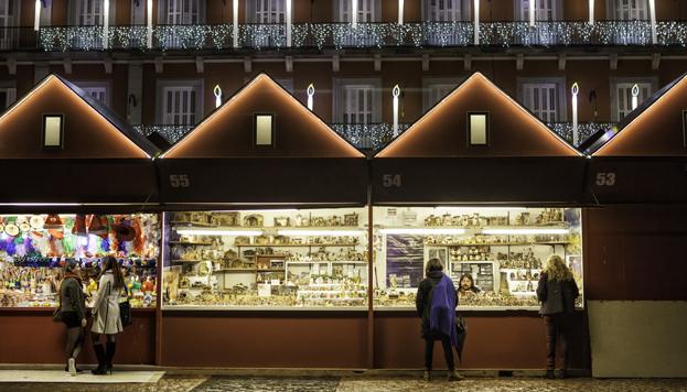 Les chalets du marché de Noël sur la Plaza Mayor