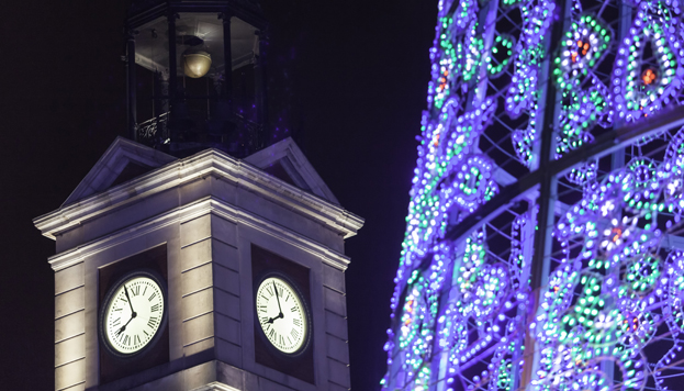 À Madrid, la Puerta del Sol devient l'épicentre des fêtes de la Saint-Sylvestre, avec le rituel des douze grains de raisin, à minuit